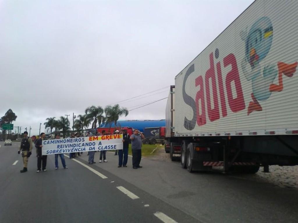 Resultado de imagem para greve dos caminhoneiros alimentos 2018
