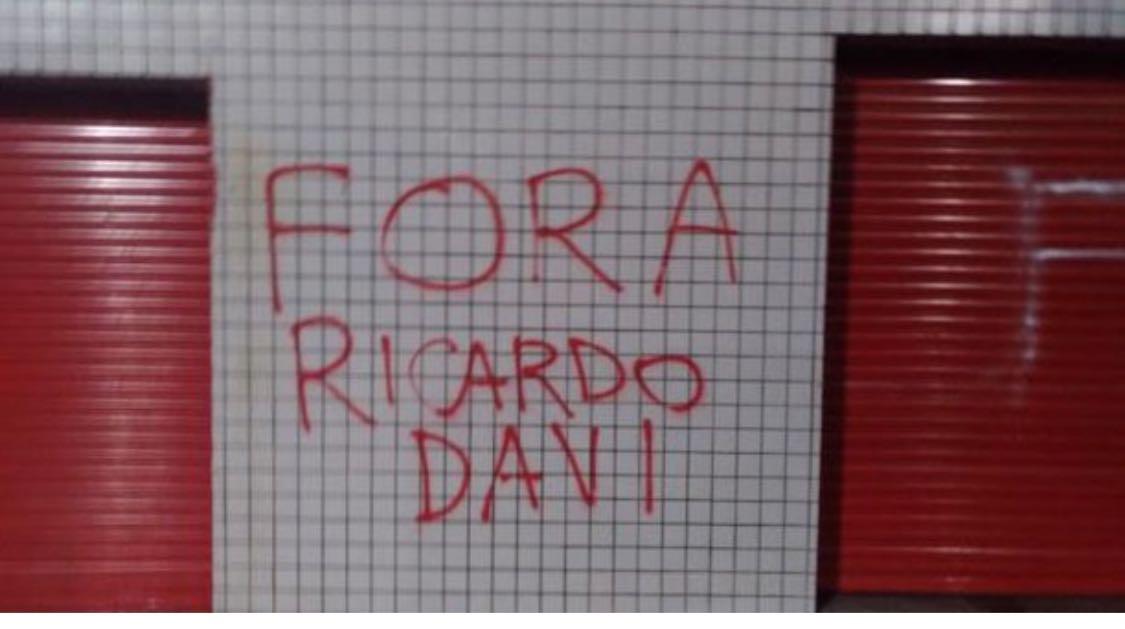 Muro do Barradão é pichado em protesto contra a diretoria - Jornal CORREIO   975b320b743e2