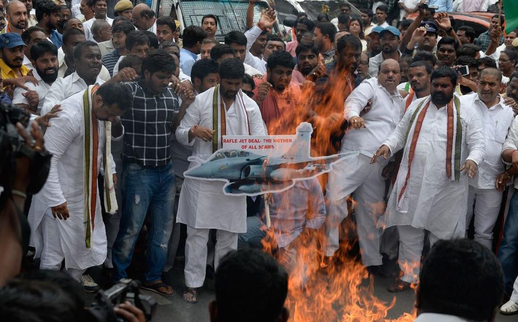 Manifestantes queimam uma foto do primeiro-ministro Narendra Modi durante um protesto contra a compra dos jatos Rafale em Hyderabad