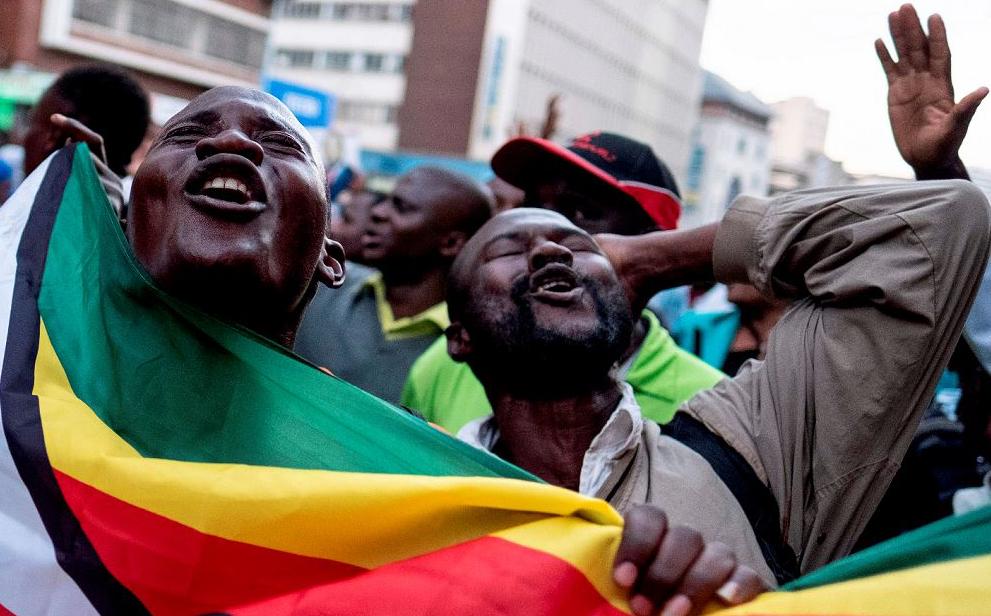 Partidários do líder de oposição do Zimbabué se reúnem na sede da Aliança MDC em Harare.