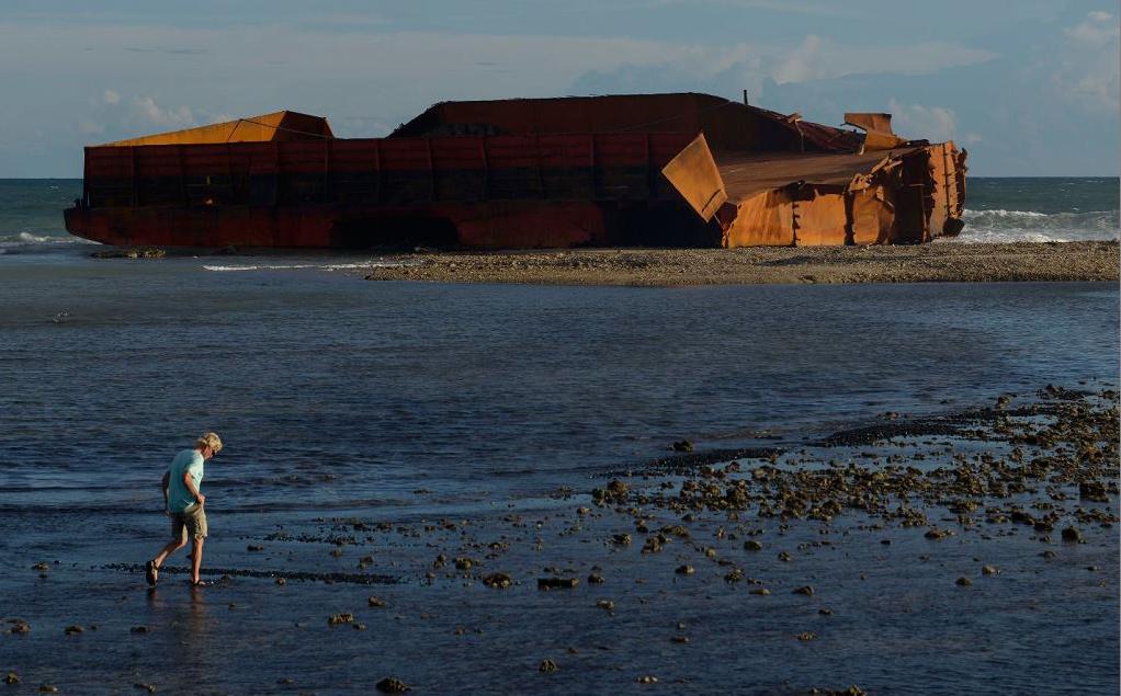 Barcaças que transportavam carvão encalham na praia de Lhoknga na província de Aceh, na Indonésia.