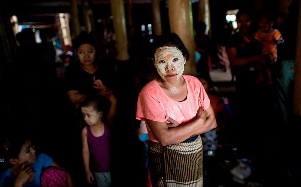 Moradores que perderam suas casas devido às enchentes se abrigam num monastério em Madauk, Bago, em Mianmar.