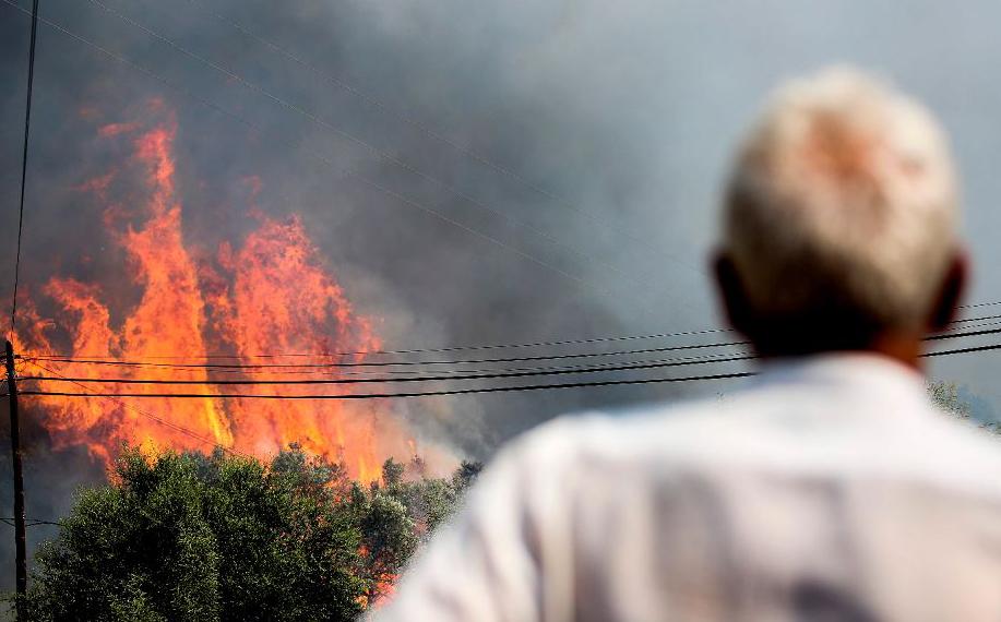 Incêndio florestal perto de Monchique, no Algarve. Centenas de bombeiros e soldados tentam conter o fogo na cidade turística.