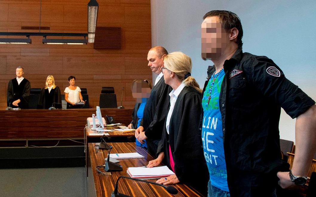 Condenados a 12 anos de prisão, o casal Christian L (dir.) and Berrin T (Quarta, à dir.) em Freiburg, na Alemanha. Eles abusavam sexualmente do filho mais novo e por dois anos vendiam as imagens para redes de pedofilia.