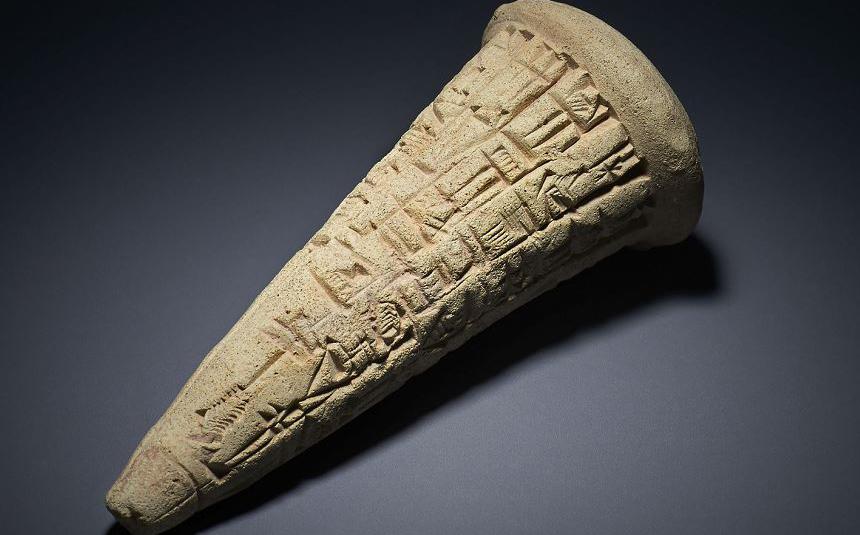 Cone de argila sumério de 2.200 AC, uma das peças que foram saqueadas e serão devolvidas ao Iraque pelo Museu Britânico que promote restituir grande parte das peças expostas na Instituição.