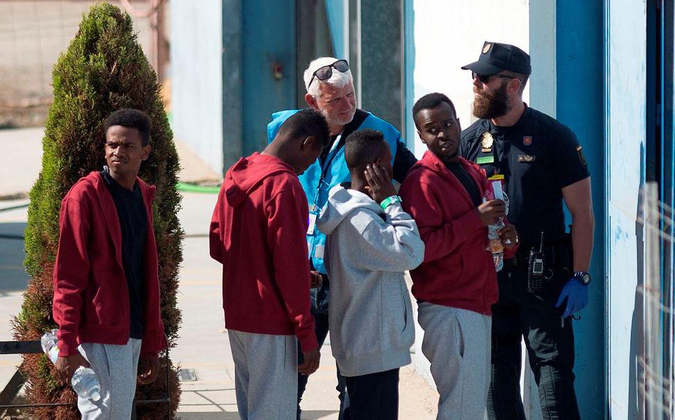 Migrantes são transferidos para o centro de assistência temporária para estrangeiros (CATE), em San Roque, depois de chegarem  do navio da ONG espanhola Proactiva na cidade de  Algeciras.