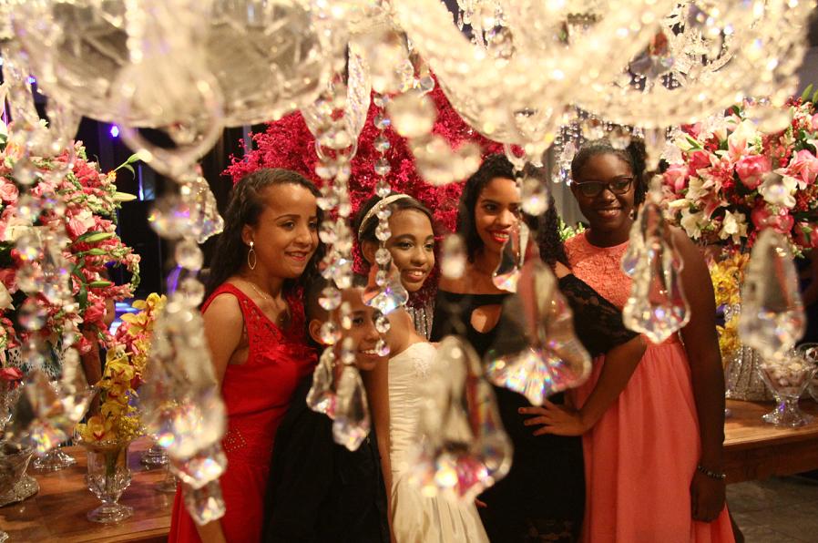 Cada menina teve direito de levar 15 convidados, que também se divertiram