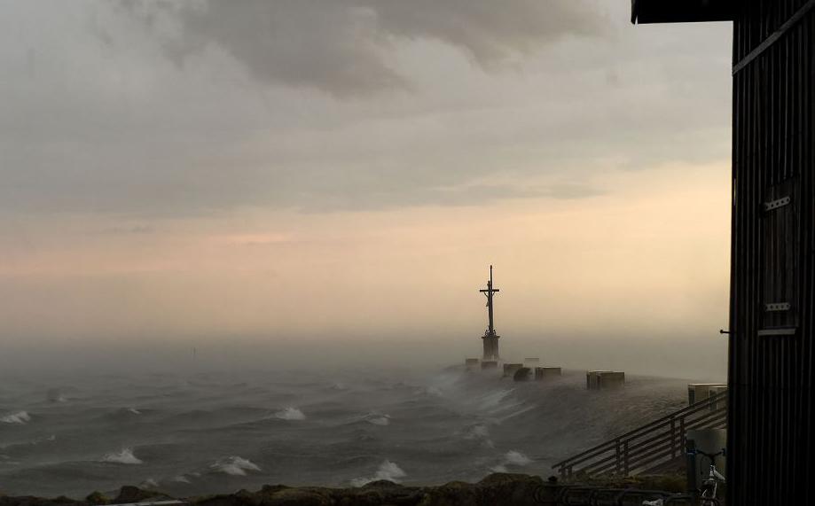 Ondas devido a tempestade na bacia de Arcachon em Gujan-Mestras, sudoeste da França.