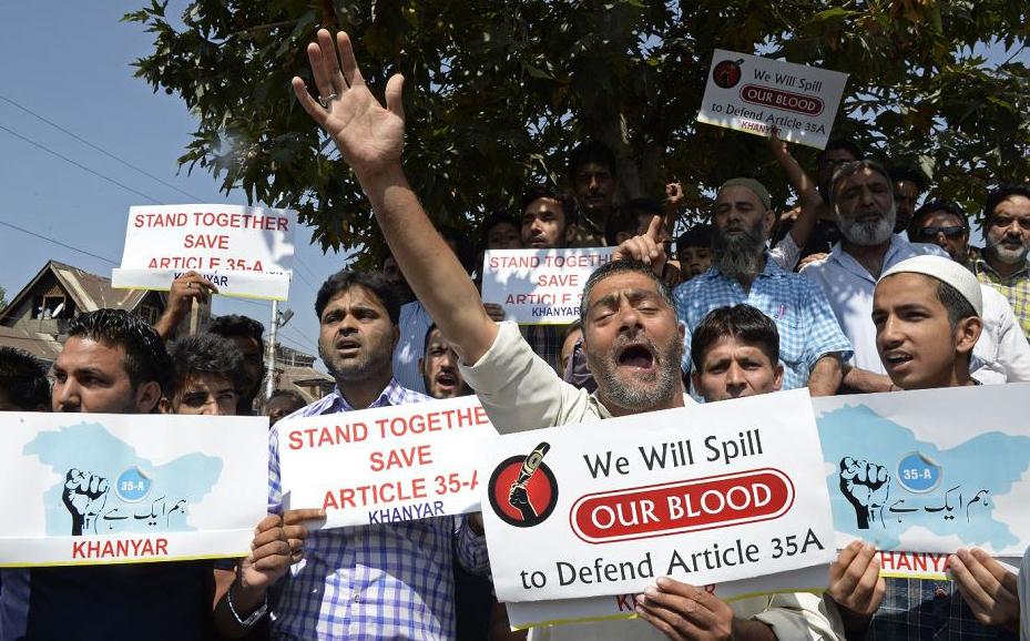 Segundo dia da greve convocada pelos separatistas da Caxemira contra tentativas de revogar da constituição estadual artigos que garantem direitos de compra de terra e acesso a empregos públicos por estrangeiros.