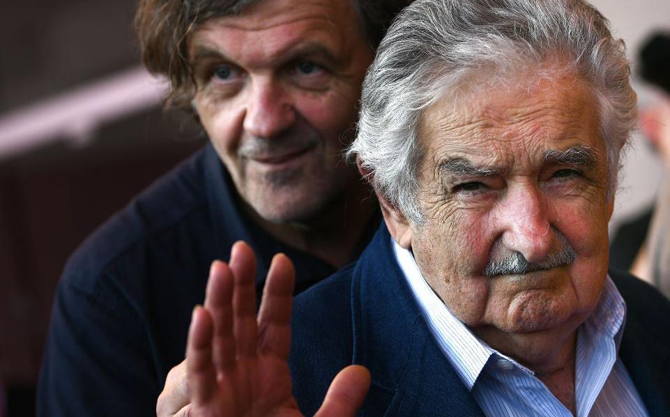 """O diretor de cinema Emir Kusturica e o presidente do Uruguai José """"Pepe"""" Mujica chegam para a estreia do filme """"El Pepe, Una Vida Suprema"""" (El Pepe, A Suprema vida) apresentado fora de competição, no Festival de cinema de Veneza."""
