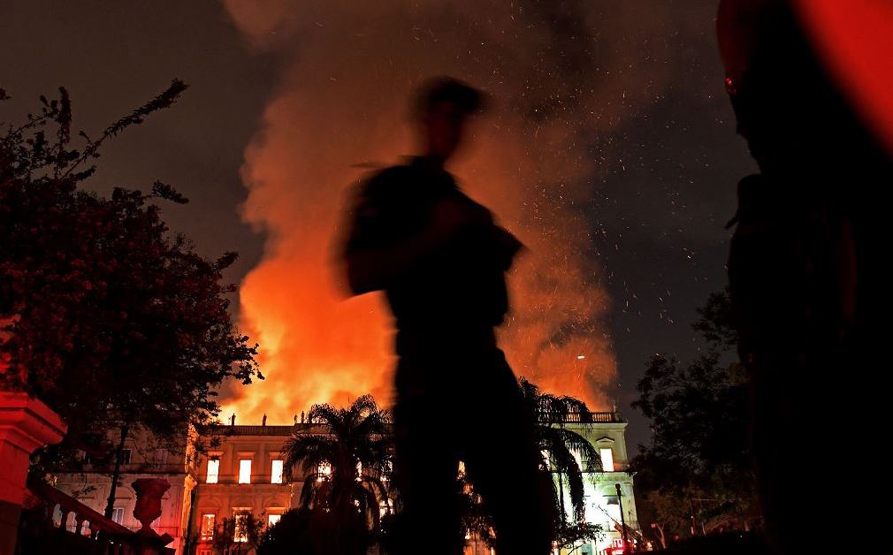 Um grande incêndio consome o Museu Nacional no Rio de Janeiro, um dos mais antigos do país.