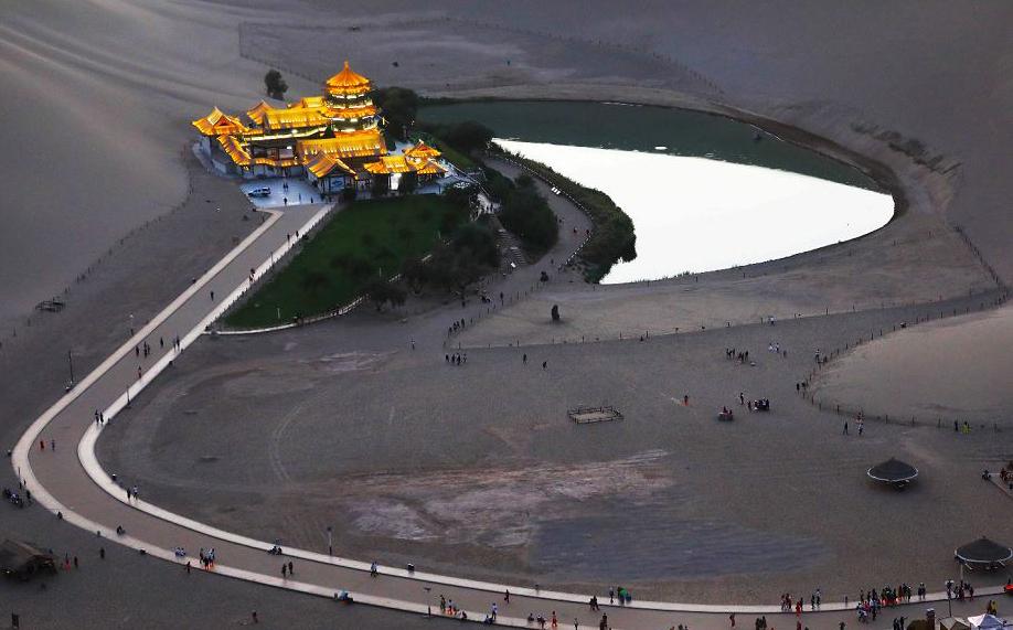 Vista aérea do Lago Crescent em Dunhuang, no noroeste da província de Gansu, na China.