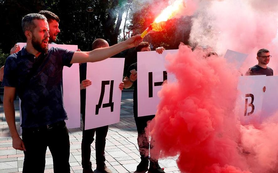 Protestos em frente ao Parlamento da Ucrânia, em Kiev, exige que se amplie a investigação de um ataque brutal contra um militante anticorrupção.