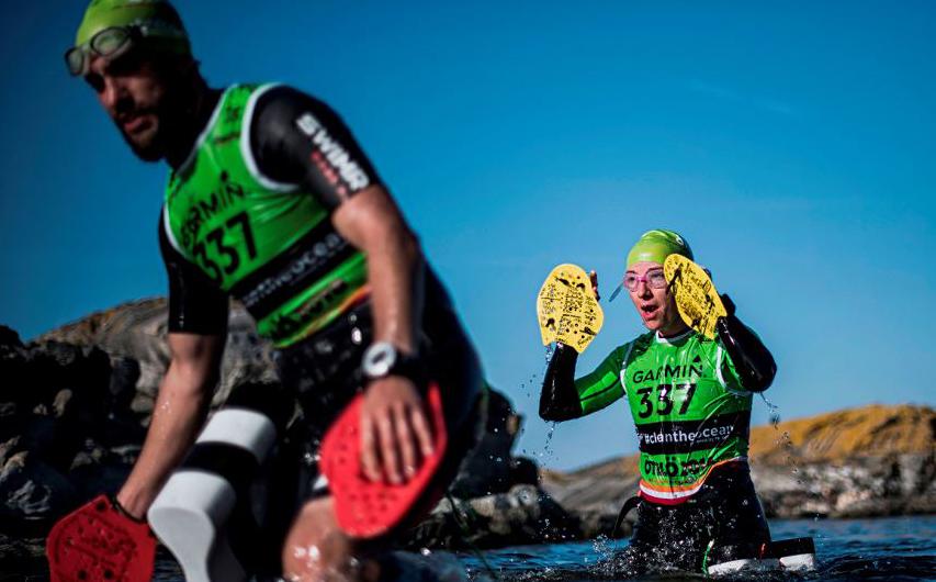 Compeonato OTILLO Swimrun de em Sandhamn, um pequeno povoado na parte central do arquipélago de Estocolmo. A modalidade nasceu de uma aposta de bêbados e é um esporte de equipe de duas pessoas.