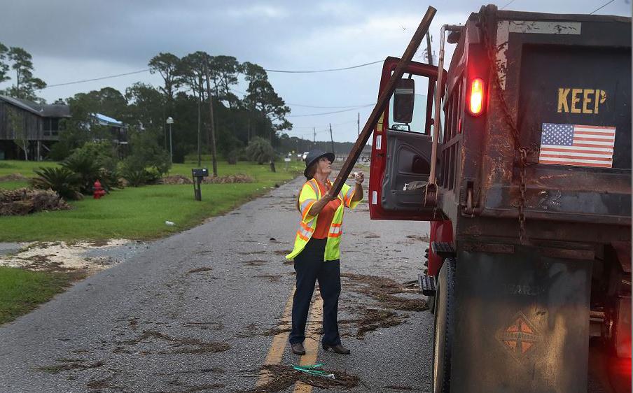 A moradora do Condado de Mobile, Wanda Williams limpa os detritos deixados pela tempestade tropical Gordon, que passou por Bayou La Batre, Alabama.