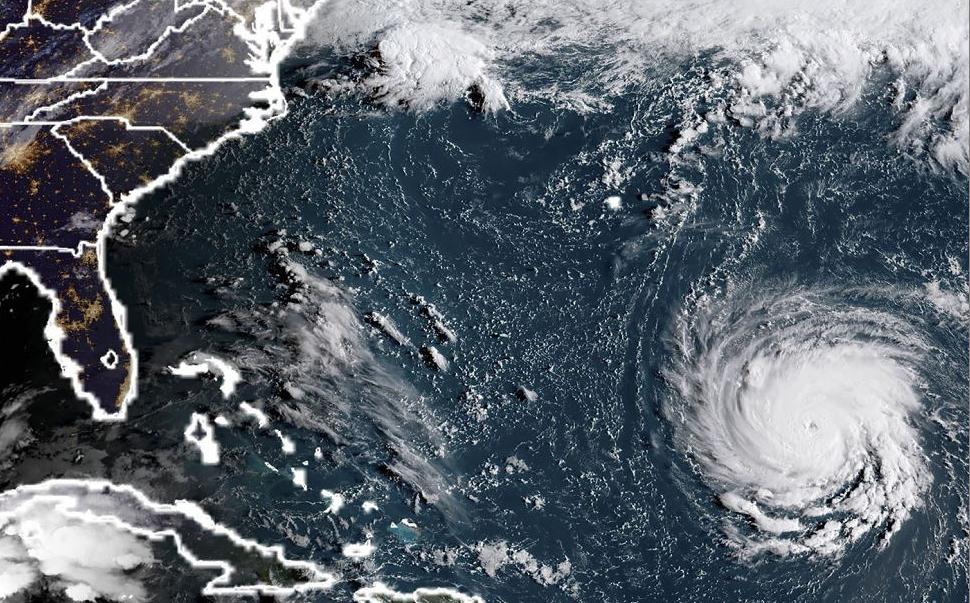 Imagem do satélite NOAA/RAMMB mostra o Furacão Florence na  costa leste dos Estados Unidos. Estados de emergência foram declarados em preparação para a tempestade.