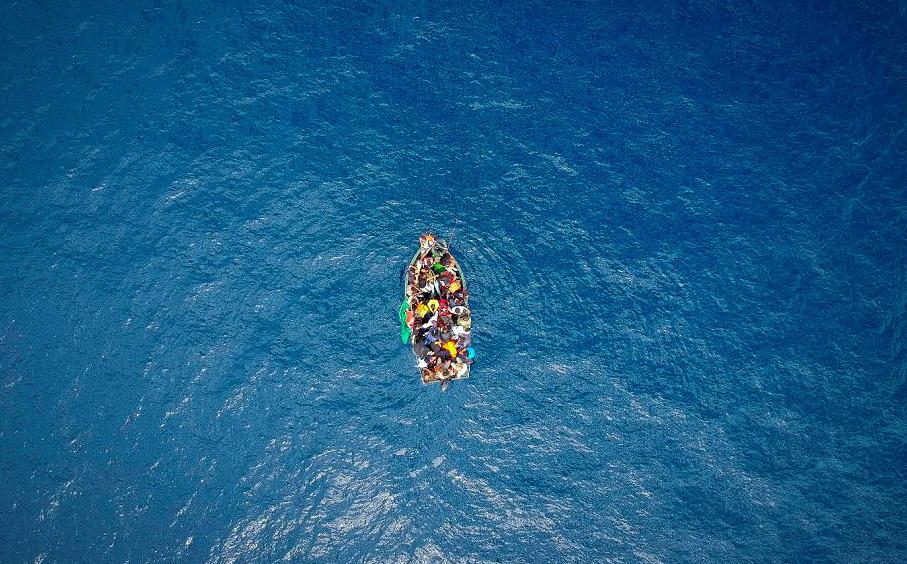 Um barco transportando migrantes encalhou no Estreito de Gibraltar, antes de ser resgatado pela Guarda Civil espanhola.
