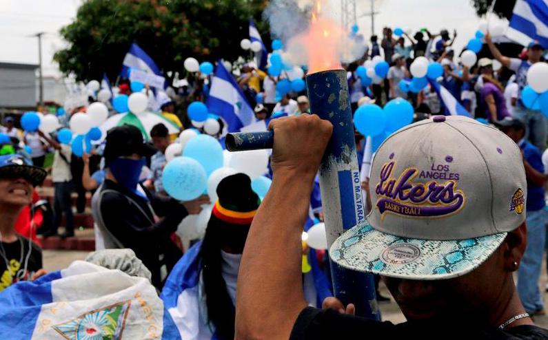 Manifestante dispara um morteiro durante uma marcha contra o governo do Presidente da Nicarágua Daniel Ortega, em Manágua.
