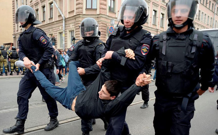 Manifestante é preso durante protesto contra o aumento do tempo para se chegar à aposentadoria em São Petersburgo.