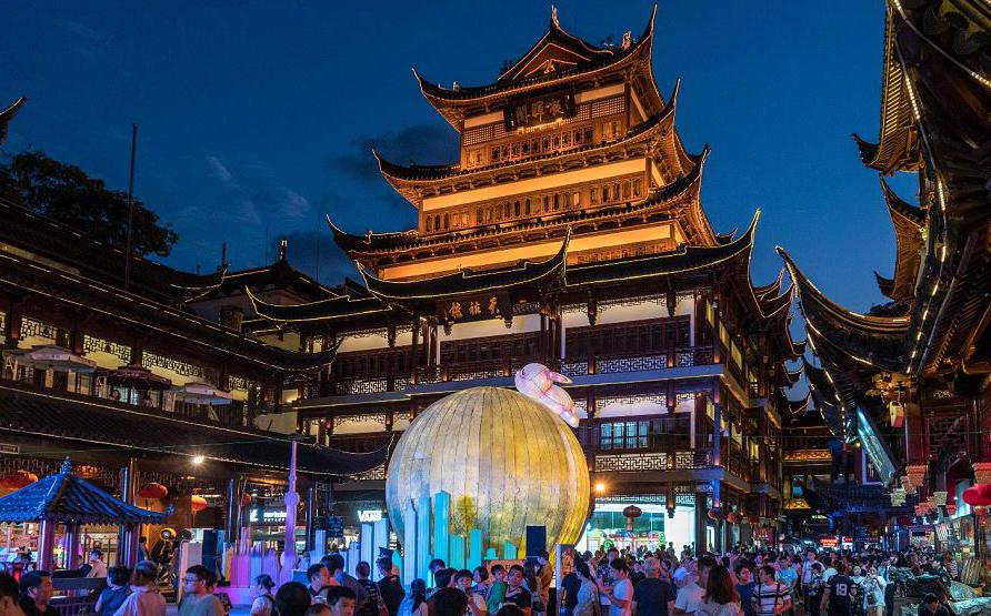 Lanterna de lua é exibida no Yu Garden em Xangai, antes do festival de Outono Mid , que começa em 24 de setembro.