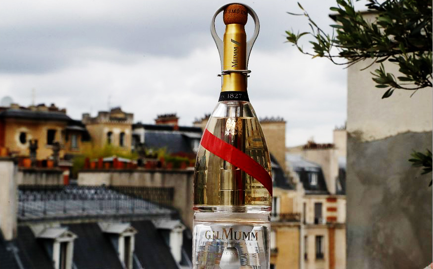 Champanhe Mumm Grand Cordon , projetada pelo designer francês Octave de Gaulle, poderá bebida por turistas espaciais , já que as adaptações na garrafa permitem que ela seja aberta em condições de gravidade zero
