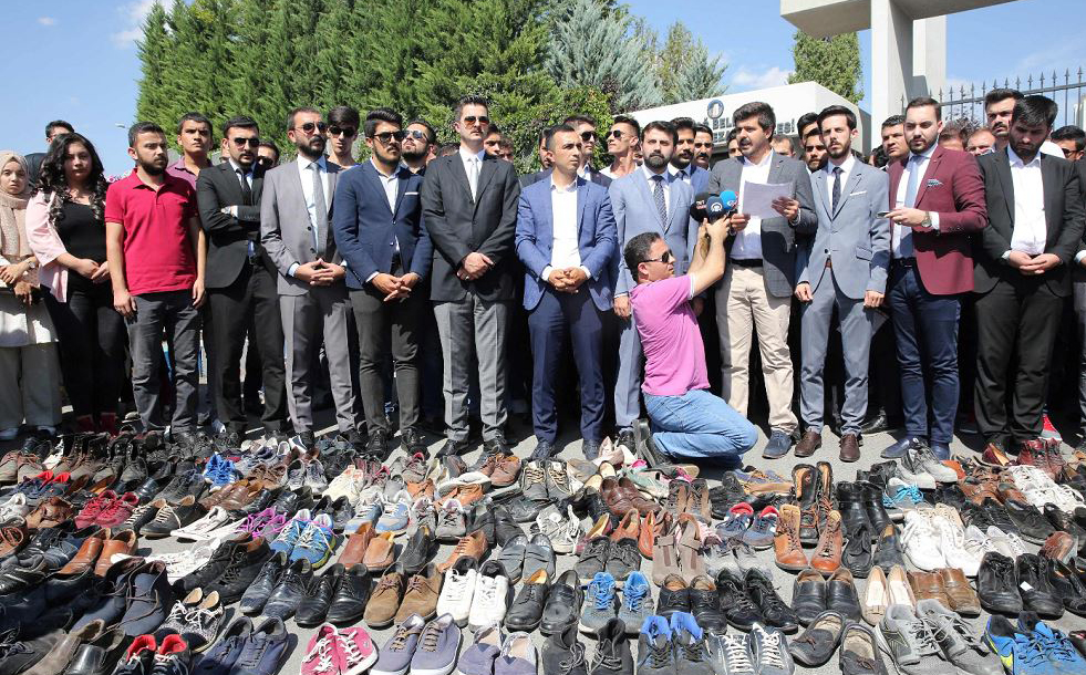 Membros do Partido turco AK prestam homenagem às vítimas do golpe de estado ocorrido a 38 anos, simbolizados pelos sapatos espalhados