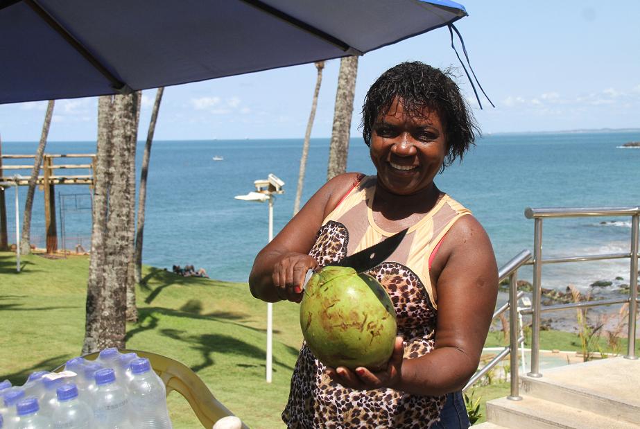 A vendedora Maria da Conceição espera que Bell Marques, seu cliente, também aproveite a tirolesa