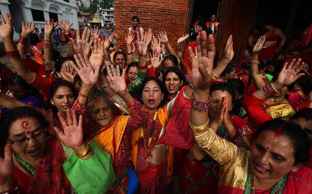 Mulheres hindus do Nepal homenageiam Shiva, o Deus Hindu da destruição, durante a festa de Teej no templo Pashupatinath em Kathmandu.