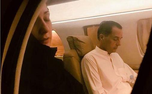 A presa política do Paquistão Maryam Nawaz – filha do primeiro-ministro, também na prisão, Nawaz Sharif , viaja com seu marido, também preso politico, Capitão Safdar, em liberação