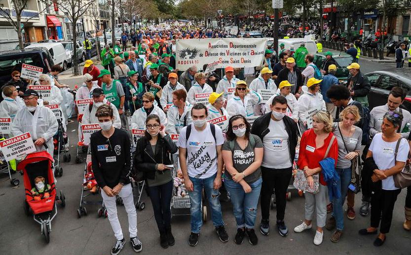 """Manifestação da Associação Nacional para a defesa das vítimas de amianto (ANDEVA) exige  """"escolas sem amianto""""."""