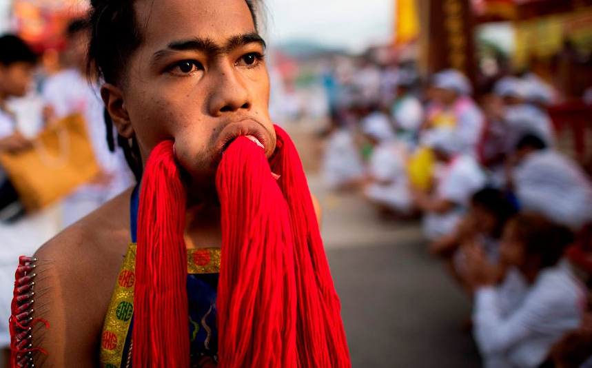 Festival vegetariano em Phuket. Muitos devotos cortam-se com espadas, perfuram as bochechas e outros atos dolorosos, buscando a purificação.