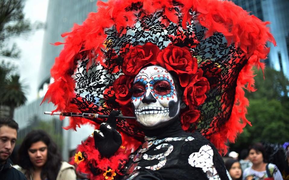 """Fantasia de """"Catrina"""", a caveira símbolo do dia dos mortos mexicano na Avenida Reforma, na cidade do México, no desfile preparatórios para o dia de finados."""