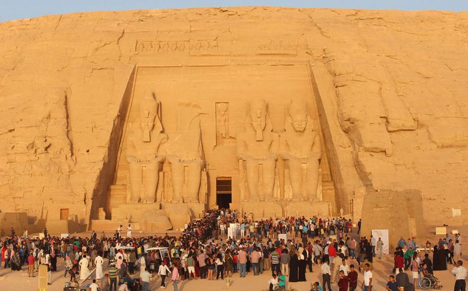 Turistas no templo de Abu Simbel, ao sul de Assuão, no alto Egito.
