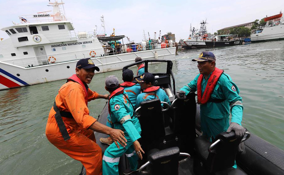 Equipe de resgate procura por sobreviventes do avião da Air Lion JT 610, que caiu no mar, no píer de Jacarta. O avião indonésio levava 188 passageiros e tripulação.