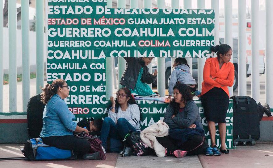 Família migrante espera em El Chaparral, posto de entrada na fronteira México-Estados Unidos em Tijuana, uma autorização de asilo, que pode demorar meses.