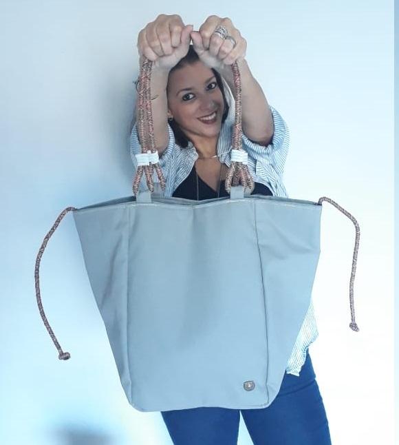 fe20e7e70 A designer de moda Rebeca Matos começou ainda na adolescência a produzir as  próprias bolsas. Na época