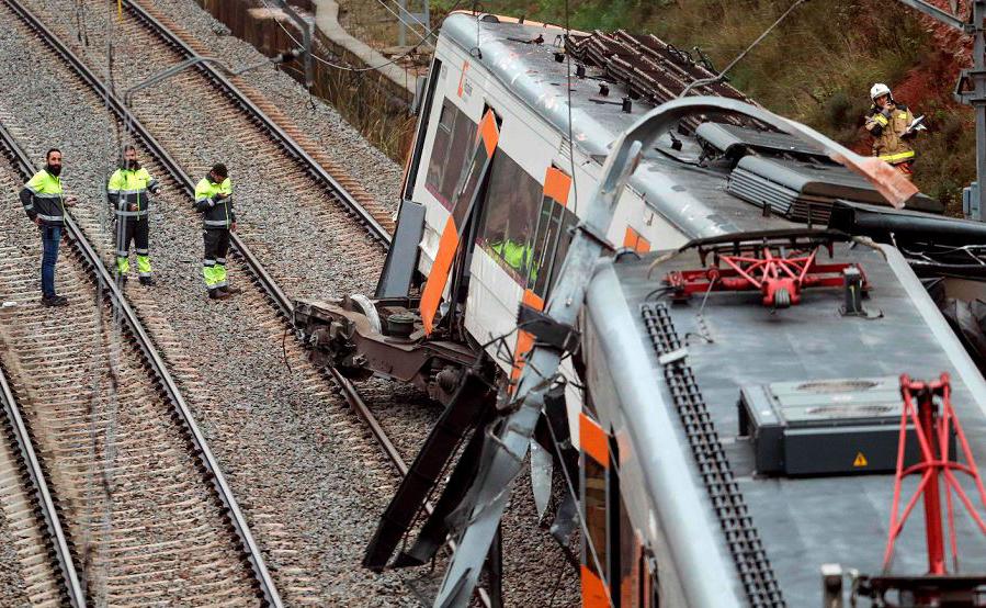 Trem descarrilado na cidade de Vacarisses, cerca de 35 km a nordeste de Barcelona. Pelo menos uma pessoa morreu e seis ficaram feridos em acidente causado por um deslizamento de terra.