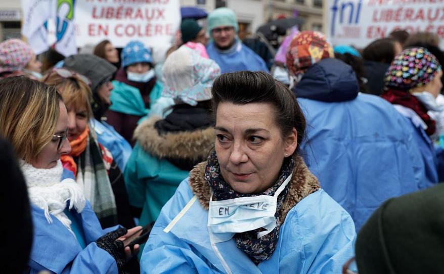 Enfermeiros participam de uma manifestação em Paris, para protestar contra o seu estatuto nas novas medidas do estatuto de saúde apresentado pelo Presidente francês, que eles consideram  centrado apenas em torno de médicos