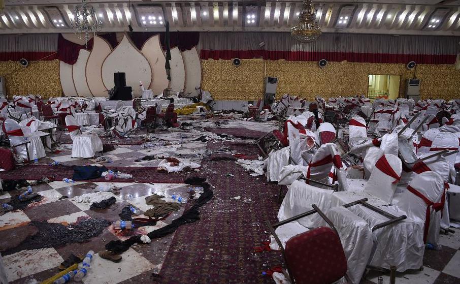 Salão de casamento afegão após um ataque suicida em Cabul. Pelo menos 50 pessoas foram mortas.
