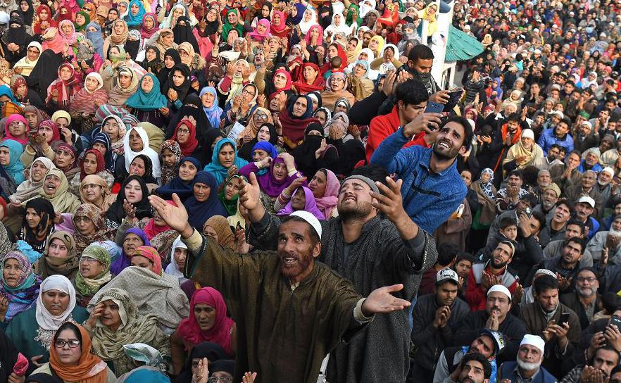 Muçulmanos da Caxemira reagem à exibição de uma relíquia que acreditam ser um pelo da barba do Profeta Muhammad durante o Eid Milad-un-Nabi, o aniversário do Profeta, no santuário de Hazratbal em Srinagar.