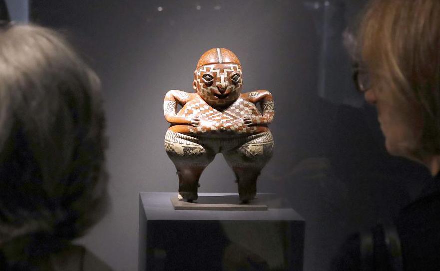 """Escultura mexicana """"La Chupicuaro"""" durante a exposição """"Jacques Chirac ou O diálogo entre culturas e civilizações"""" no Musée du Quai Branly em Paris."""
