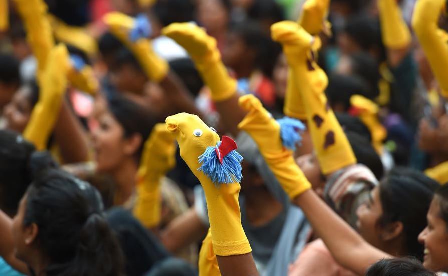 Multidão se reúne em Munbai para bater o recorde do maior número de pessoas usando fantoches feitos de meias. O evento reuniu 427 pessoas contra a marca anterior de 365 pessoas em Queensland, na Austrália, em 2016.