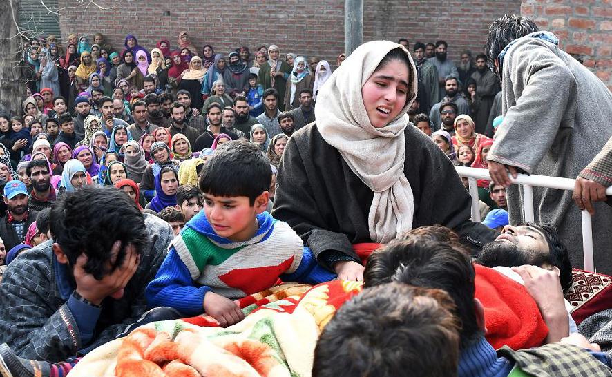 Parentes choram sobre o corpo do militante Azad Ahmed Malik, que foi morto em um tiroteio com soldados indianos, durante o cortejo fúnebre na aldeia de Arwani, na Caxemira.
