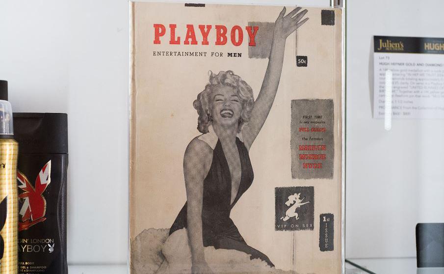 Capa da edição do primeiro número da Playboy pertencente ao editor Hugh Hefner é exibida como parte da coleção de itens pessoais de Hefner que irá a leilão em Beverly Hills, Califórnia.