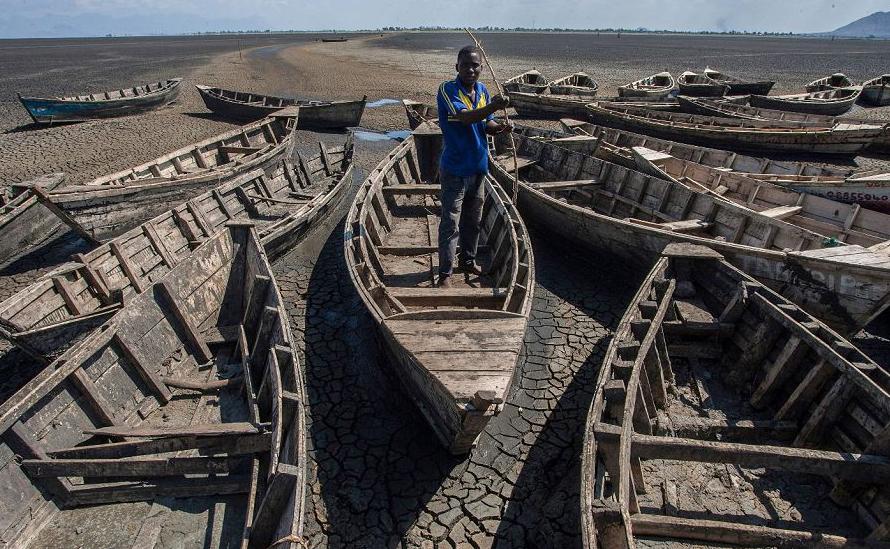 Barcos ociosos no porto de Chisi no Lago Chilwa, no distrito Zomba em Malawi Oriental. O Chilwa é o segundo maior lago em Malawi, com 60 km de comprimento e 40 km de largura,  E encontra-se próximo à extinção.