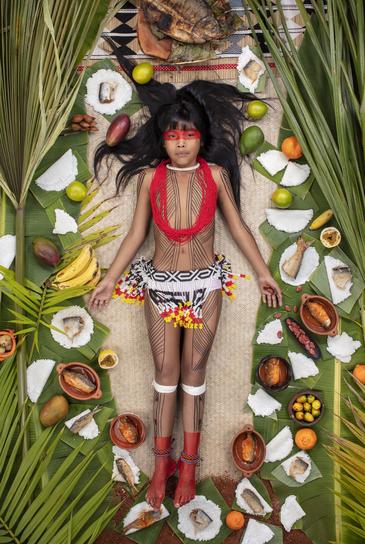 """Kawakanih Yawalapiti, 9, do Alto Xingu, no Mato Grosso: """"Peixe do rio Suiamissa, tapioca e frutas – e muito pouco mais. Não há alimentos embalados [e] processados"""""""