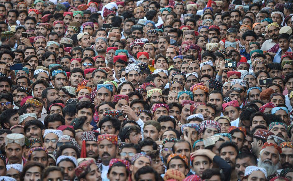 Paquistaneses celebram o dia de Ajrak do Sindhi Topi em Karachi. Milhares de pessoas, incluindo homens, mulheres e crianças vestem o traje tradicional para marcar o dia anual da cultura.
