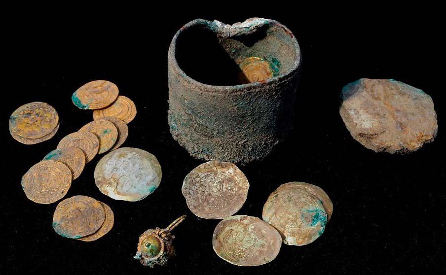 Antigas moedas de ouro e um brinco recentemente descobertos em um sítio de escavação na cidade israelense de Cesareia. 18 dinares Fatimid, que eram a moeda local padrão desse período (909-1171) e 6 moedas bizantinas, de 1071-1078.