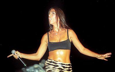 No primeiro ano como cantora solo, Ivete foi uma das atrações do terceiro dia do Festival de Verão de 2000. No palco principal, ela apresentou Canibal, que se tornou hit do Verão