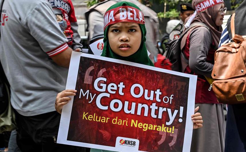 Manifestação em apoio à minoria étnica Rohingya em frente à embaixada de Mianmar em Jacarta.